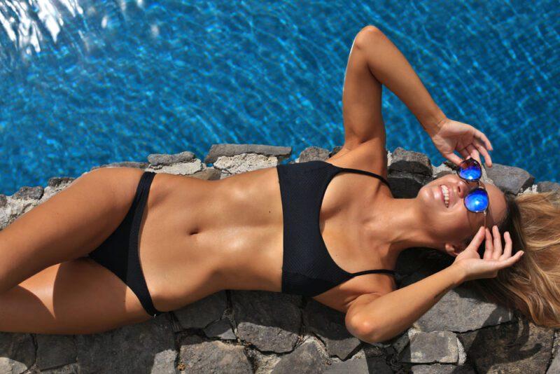 Tomar el sol junto a la piscina