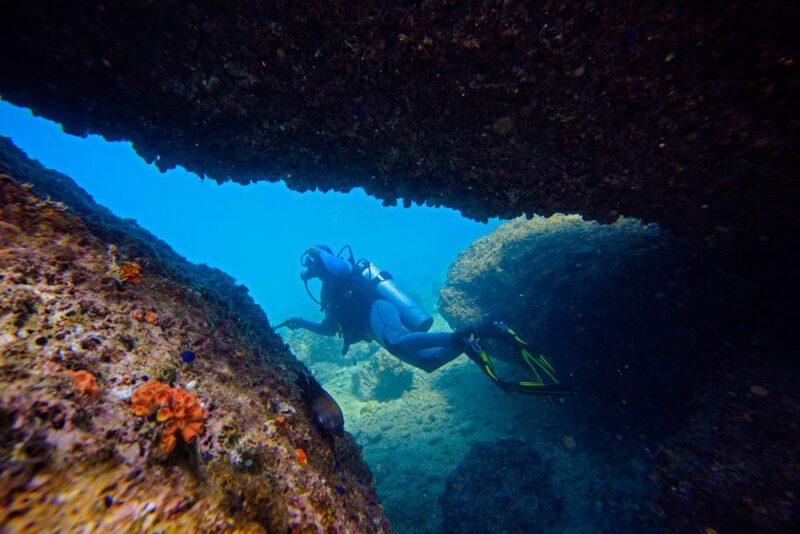 Real buoyancy control: diving through a cave   Costa Elena