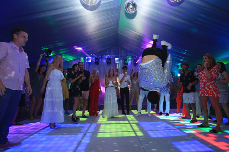 Bailarin de Break dance sobre pista de baile luminosa de LED