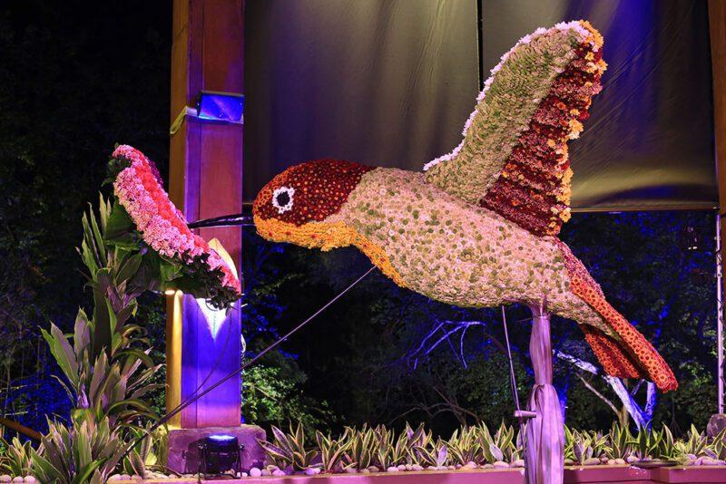 Escultura floral de colibrí