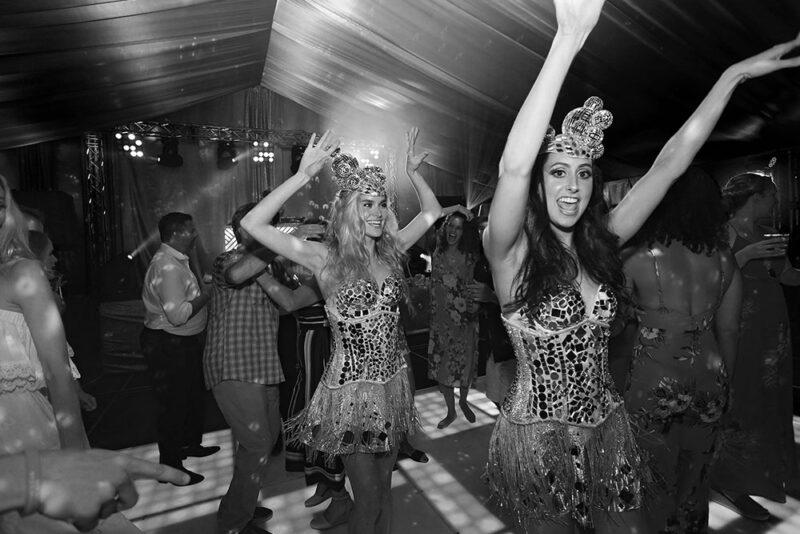 Bailarinas en corsets plateados de lentejuelas