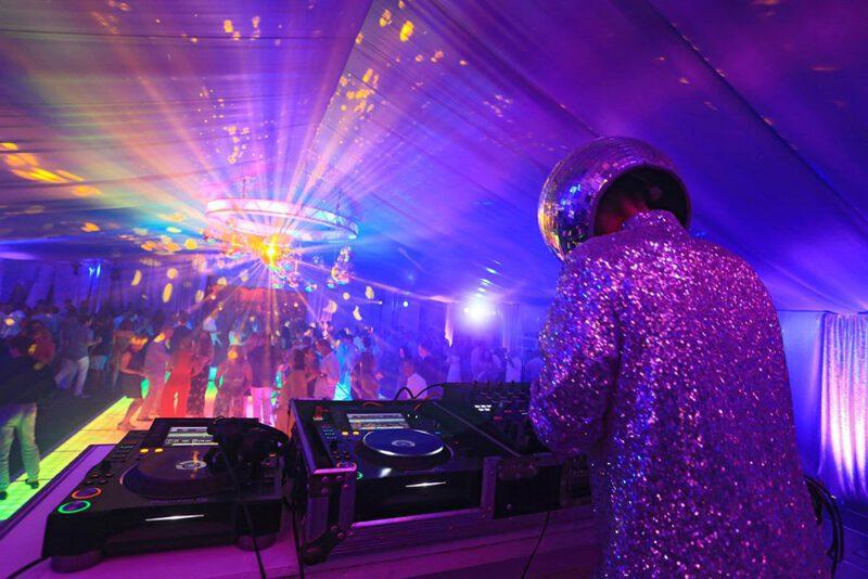 El DJ con traje plateado de lentejuelas