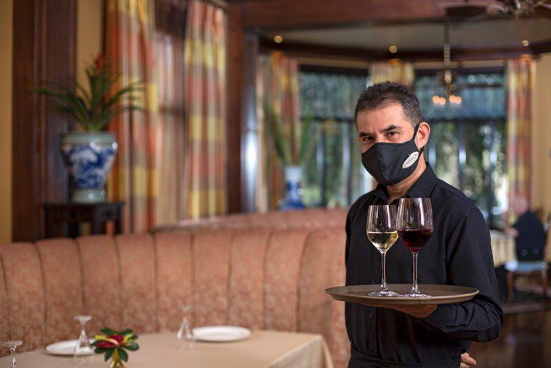 Mesero con mascarilla, Protocolo COVID - Grano de Oro Hotel   Cayuga Collection