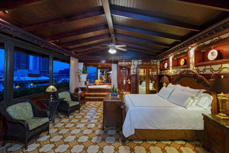 Vista de Oro Suite, con ventanas que muestran la vista de San Jose - Grano de Oro Hotel   Cayuga Collection