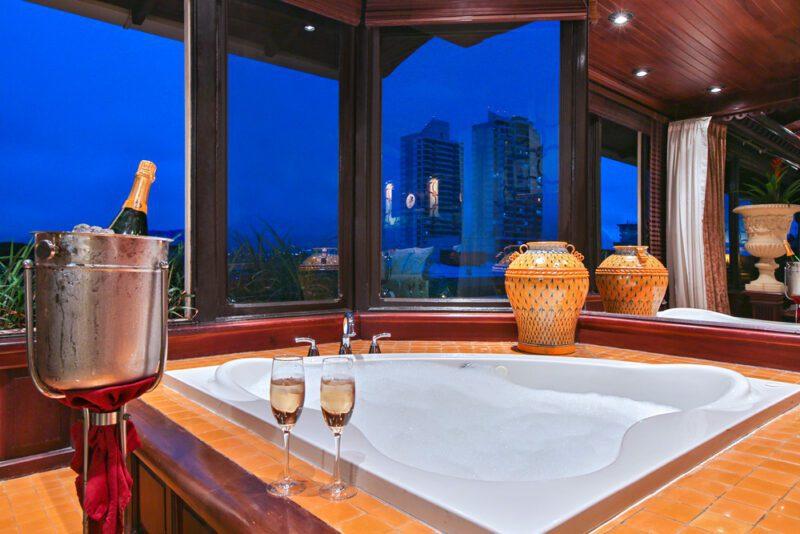 Jacuzzi con champaña, Vista de Oro Suite - Grano de Oro Hotel   Cayuga Collection