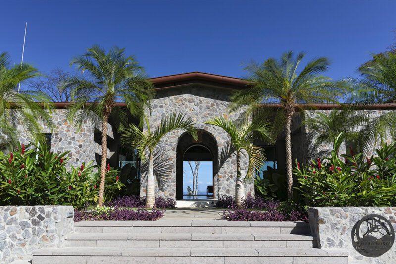 An entrance that frames the ocean - 8 Monos | Peninsula Papagayo