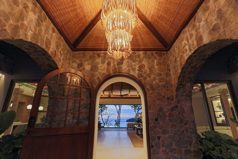 Amazing entrance with magic lamp - 8 Monos | Peninsula Papagayo